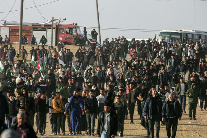 Los palestinos participan en 'gran marzo la demostración de la vuelta 'cerca de la frontera de Gaza-Israel fotografía de archivo