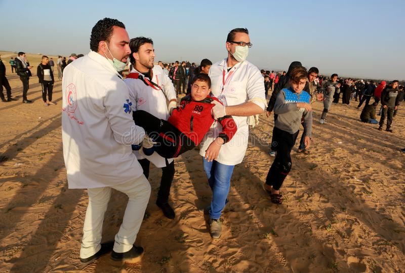 Los palestinos participan en la demostración, en la frontera de Gaza-Israel foto de archivo