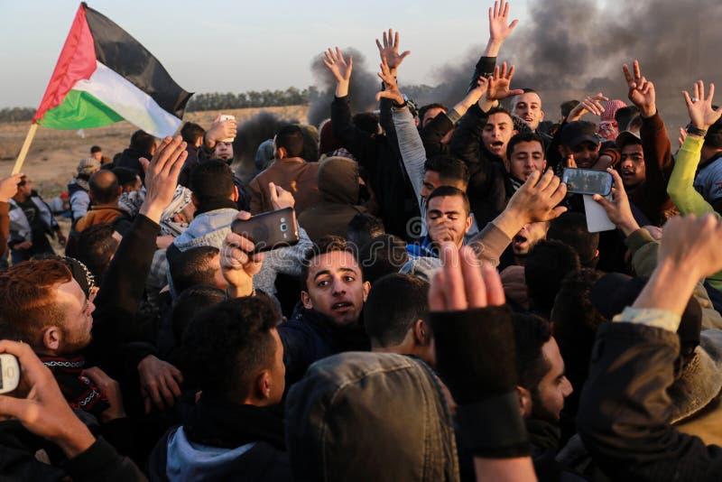 Los palestinos participan en la demostración, en la frontera de Gaza-Israel imagen de archivo libre de regalías