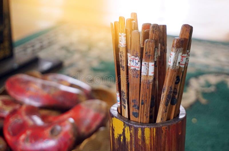 Los palillos de la ji de la ji o los palillos de la fortuna cosen el Si en el templo de Tailandia Una taza o un tubo de bambú cil fotografía de archivo libre de regalías