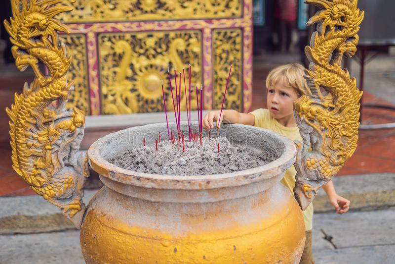 Los palillos del incienso en el pote del palillo de ídolo chino están quemando y uso del humo para p fotografía de archivo