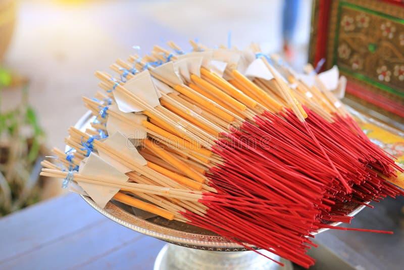 Los palillos del incienso juntaron la vela para rogar a Buda imágenes de archivo libres de regalías