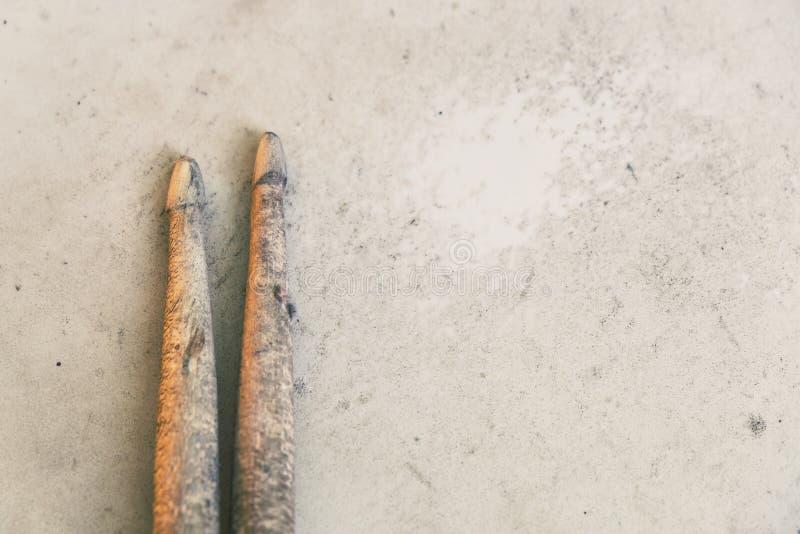 Los palillos del viejo y duro trabajo ponen en una piel del tambor fotos de archivo libres de regalías