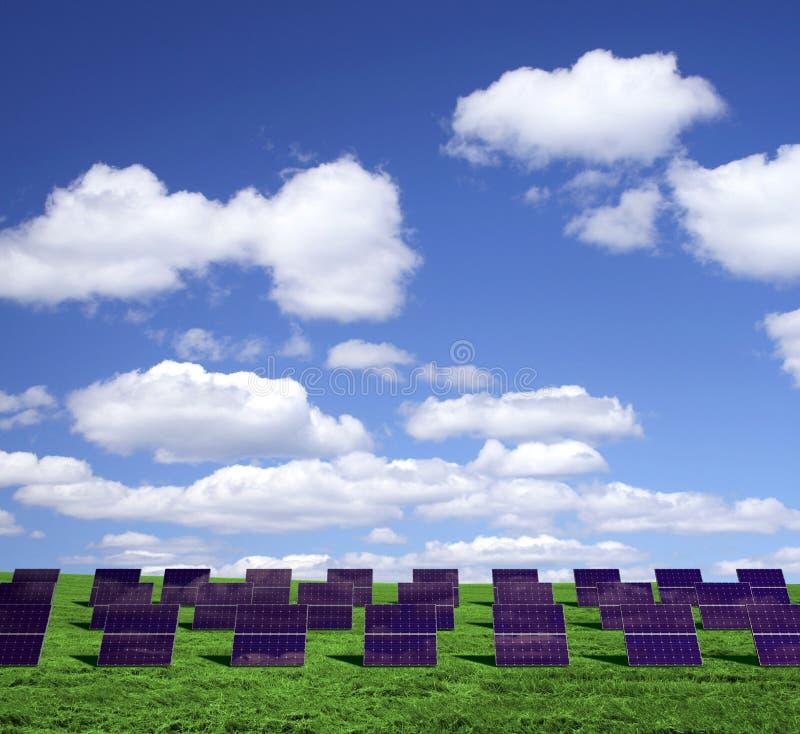Los paneles de energía solar en un campo verde stock de ilustración