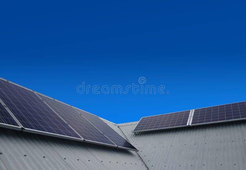 Los paneles de la energía solar en el tejado imagen de archivo libre de regalías