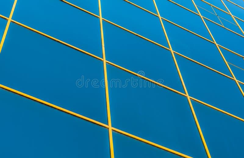 Los paneles de la ventana en un edificio de oficinas en la ciudad con la reflexión o fotos de archivo libres de regalías