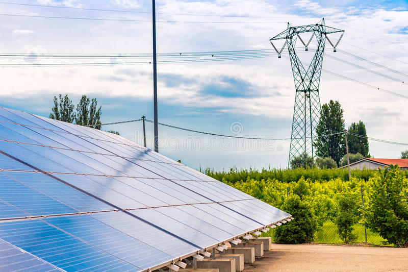 los paneles de una planta fotovoltaica foto de archivo