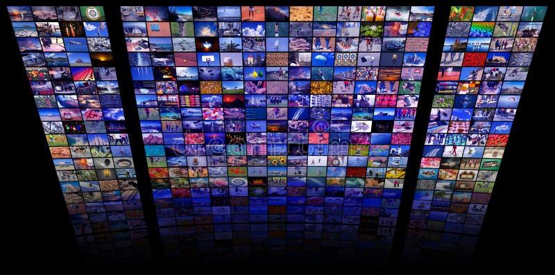 Los paneles del LCD TV como pared video con imágenes coloridas fotos de archivo