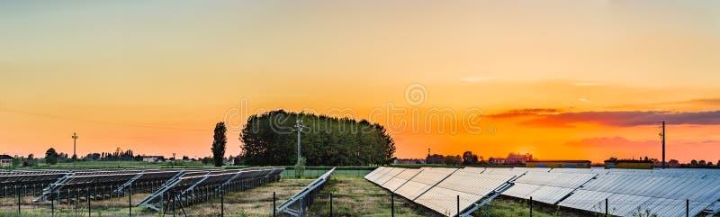 Los paneles fotovoltaicos en el campo fotografía de archivo