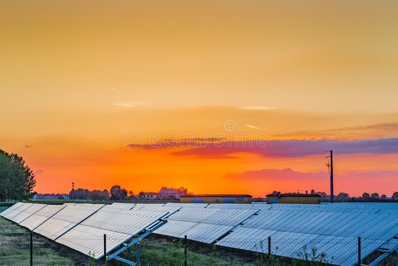 Los paneles fotovoltaicos en el campo fotos de archivo