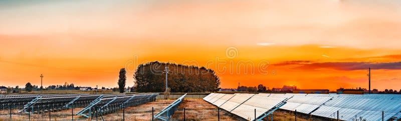 Los paneles fotovoltaicos en el campo foto de archivo libre de regalías