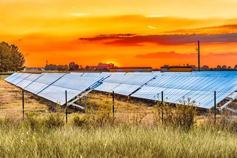 Los paneles fotovoltaicos en el campo fotografía de archivo libre de regalías
