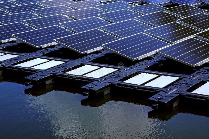 Los paneles fotovoltaicos solares y sistemas solares de la producción de energía fotovoltaica imagen de archivo libre de regalías