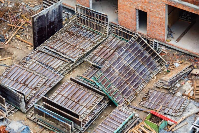 Los paneles para los marcos de madera en el nuevo sitio de la construcción de edificios fotografía de archivo libre de regalías