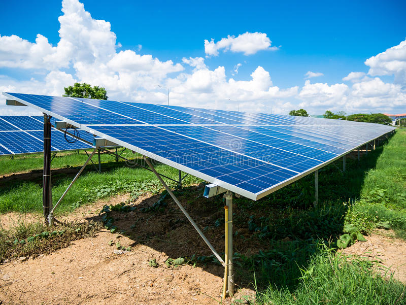 Los paneles solares con el cielo azul y las nubes foto de archivo libre de regalías