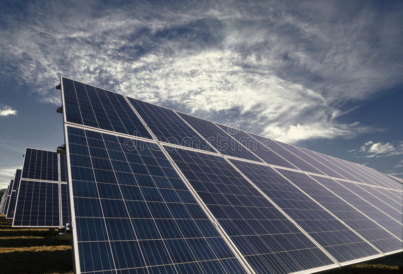 Los paneles solares con el cielo nublado de la mañana fotos de archivo