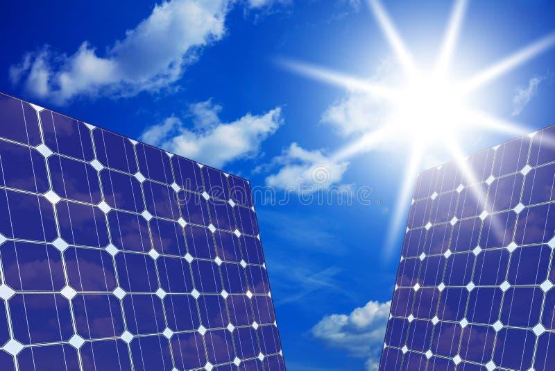 Los paneles solares con el sol fotos de archivo