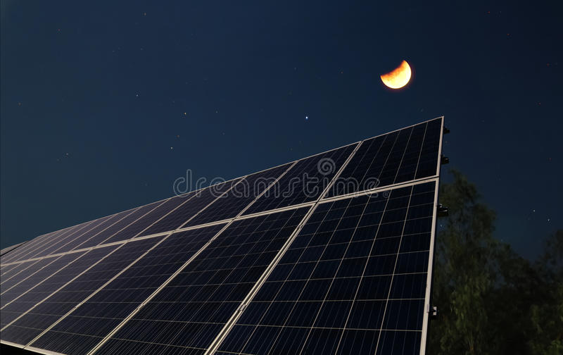 Los paneles solares con la media luna imagen de archivo libre de regalías