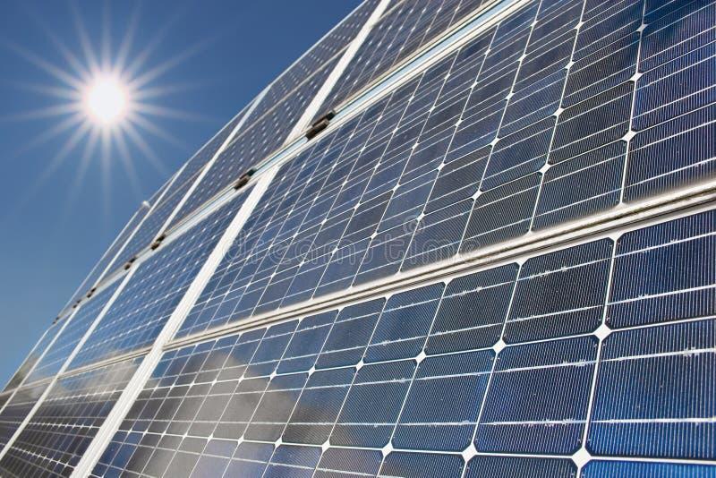 Los paneles solares con los ejes de la luz del sol imagenes de archivo