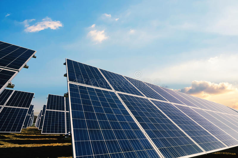 Los paneles solares con luz del sol de la mañana imagenes de archivo