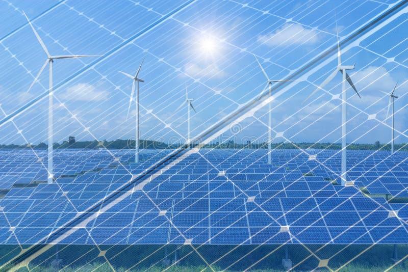 Los paneles solares de la exposición doble con las turbinas de viento y textura fotovoltaica fotografía de archivo