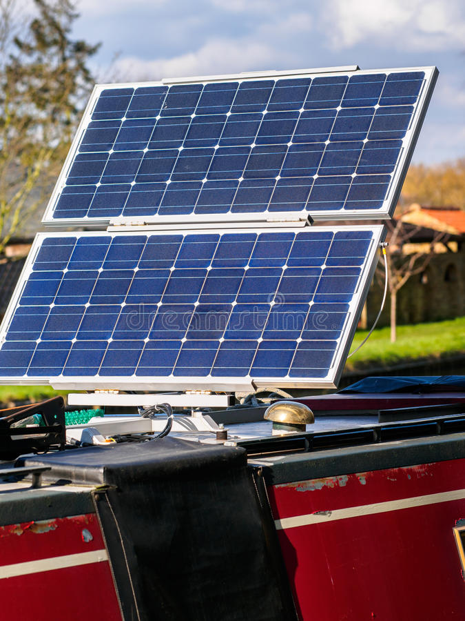 Los paneles solares del barco de casa - energía limpia fotografía de archivo