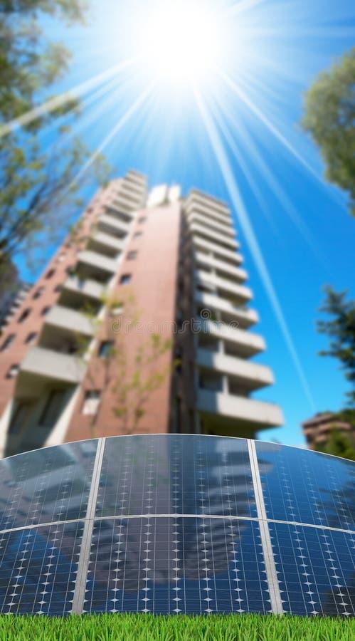 Los paneles solares delante de una construcción de viviendas foto de archivo libre de regalías
