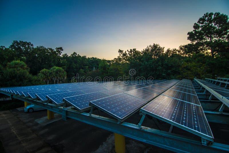 Los paneles solares en el amanecer imagenes de archivo