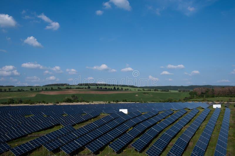 Los paneles solares en el campo foto de archivo