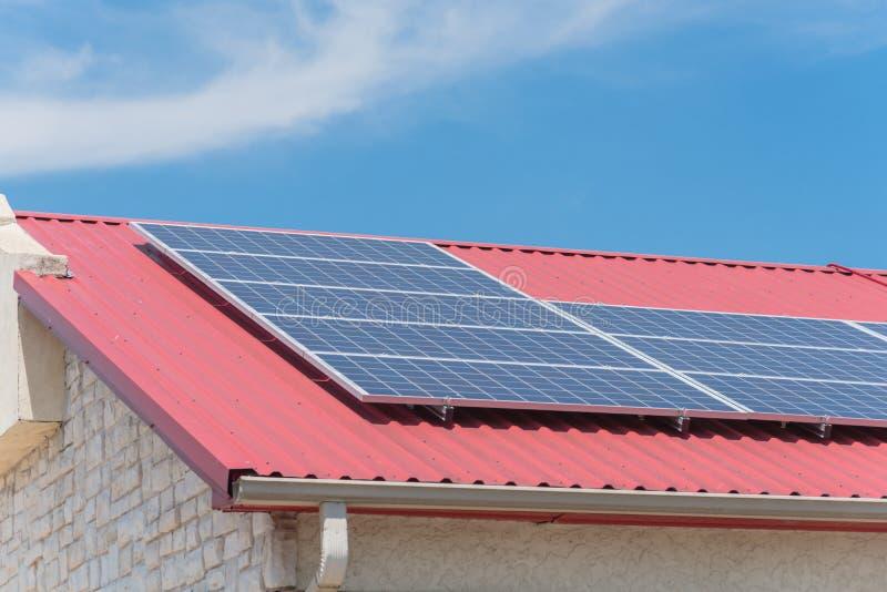 Los paneles solares en el piso de acero del tejado del edificio comercial en Tejas imagen de archivo libre de regalías