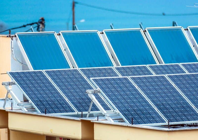 Los paneles solares en el tejado imagen de archivo