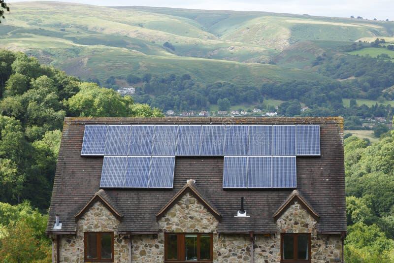 Los paneles solares en el tejado de la casa Reino Unido imagen de archivo libre de regalías