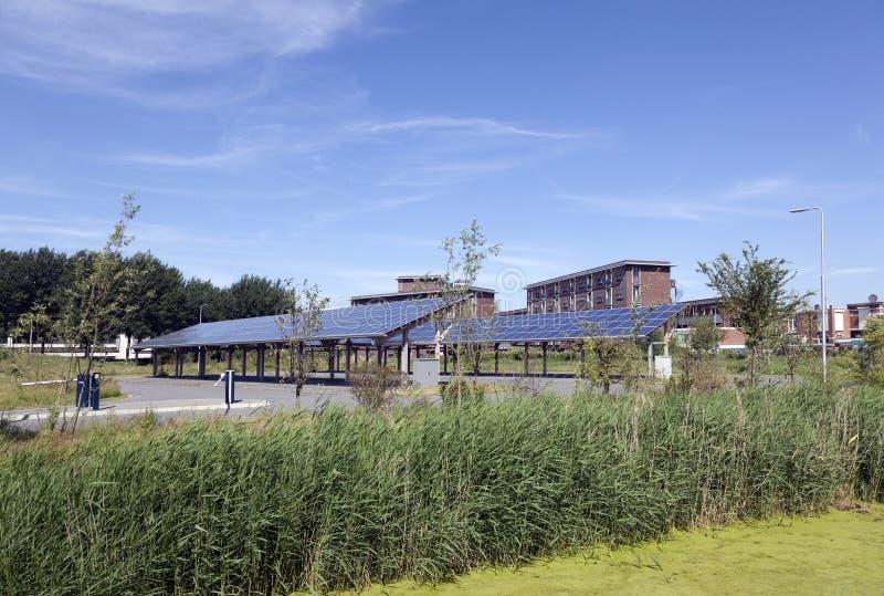 Los paneles solares en el tejado del estacionamiento del coche en el campus Leeuwarden i del agua imagen de archivo libre de regalías