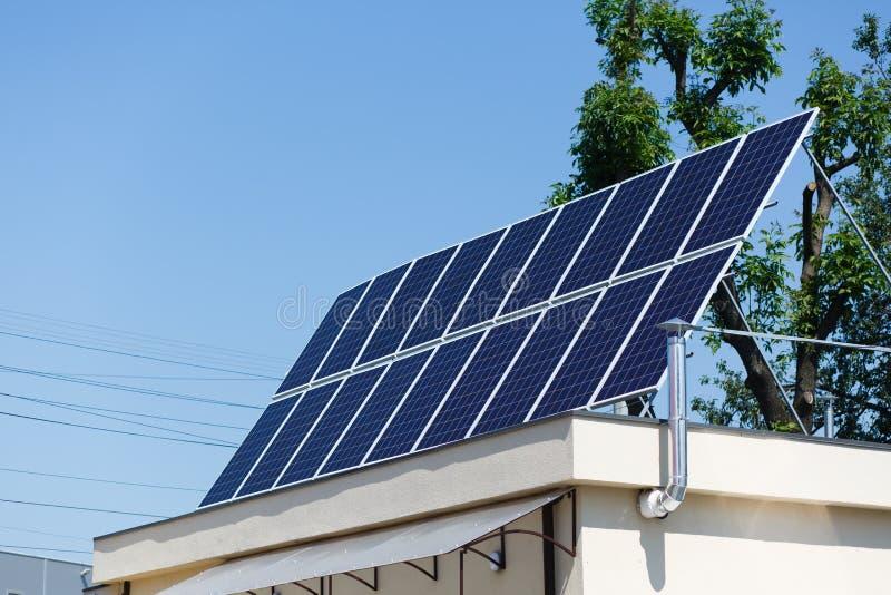Los paneles solares en el tejado, energía alternativa - asolee las baterías en priv foto de archivo libre de regalías