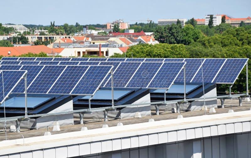 Los paneles solares en el top de un edificio fotos de archivo libres de regalías