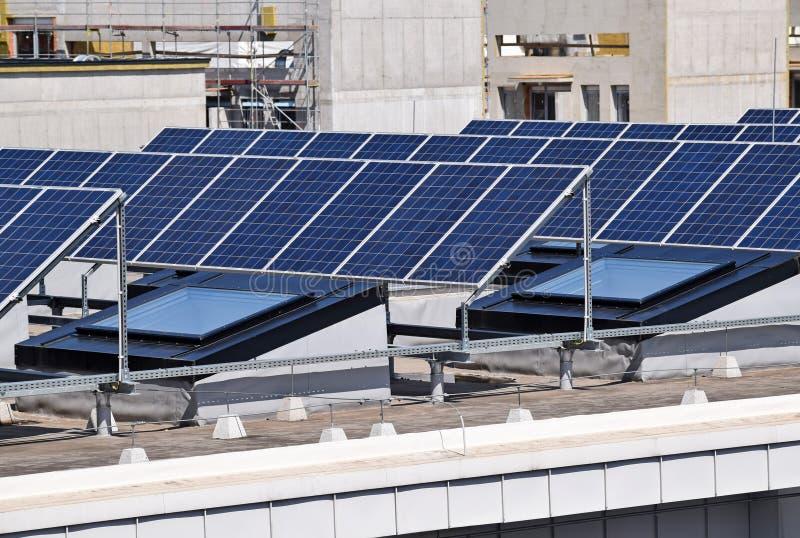 Los paneles solares en el top de un edificio fotografía de archivo