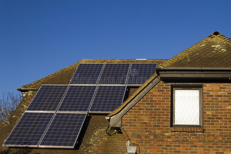 Los paneles solares en hogar foto de archivo libre de regalías