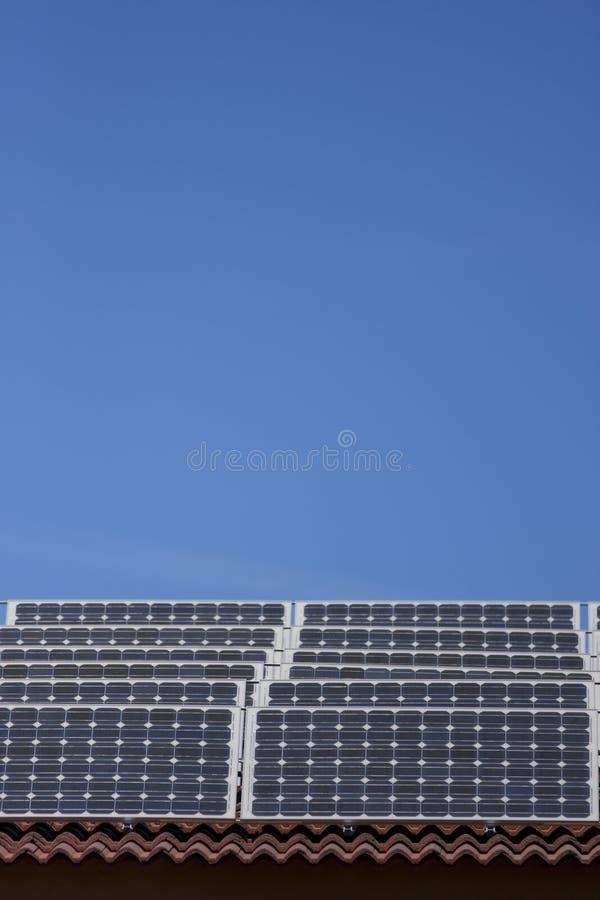 Los paneles solares en la azotea fotografía de archivo