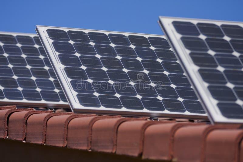 Los paneles solares en la azotea imagen de archivo libre de regalías