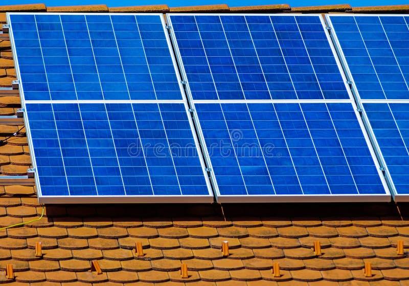 Los paneles solares en la azotea fotos de archivo