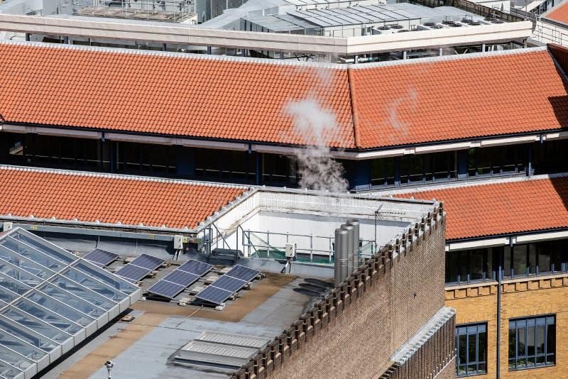 Los paneles solares en la azotea Chimeneas de la calefacción de gas y equipo de condicionamiento fotos de archivo libres de regalías