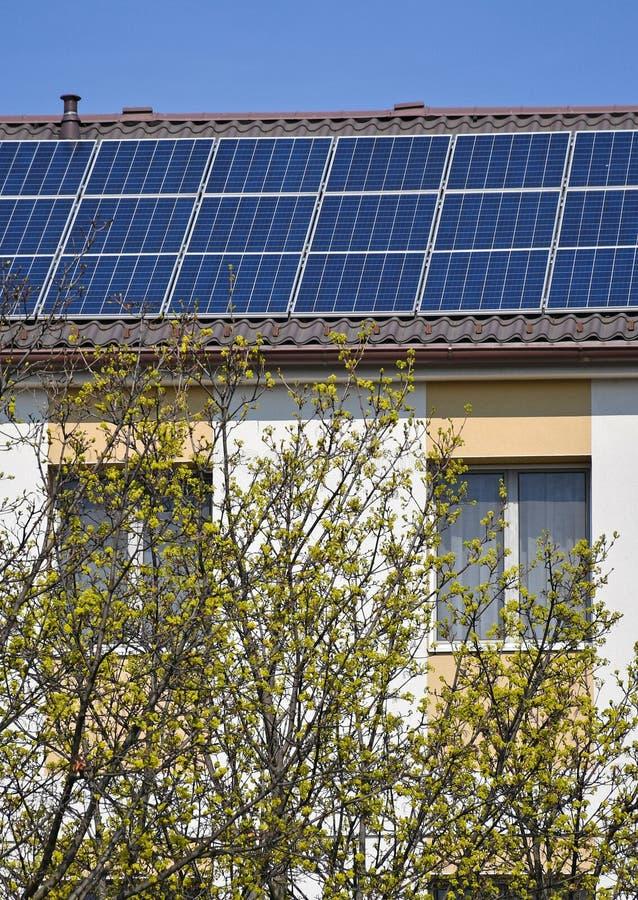 Los paneles solares en la azotea de un edificio fotos de archivo