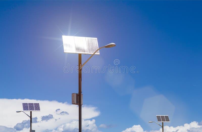 Los paneles solares en la lámpara fijan la energía renovable reflectora de la luz del sol con el cielo azul imagen de archivo libre de regalías