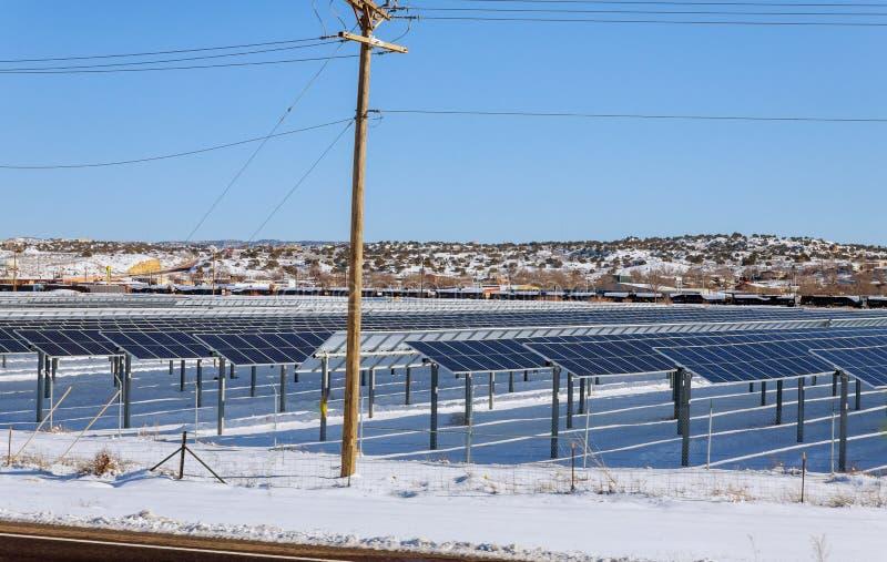 Los paneles solares en la opinión del invierno del parque nevado del panel solar, central eléctrica fotovoltaica imagen de archivo libre de regalías