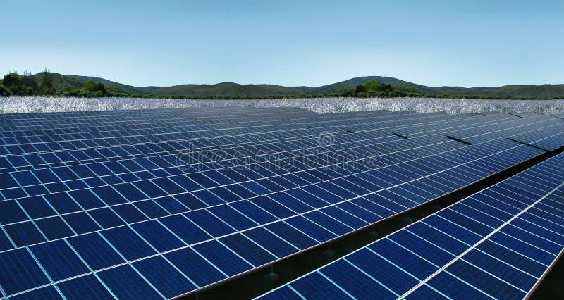 Los paneles solares en paisaje de las colinas del prado fotos de archivo libres de regalías