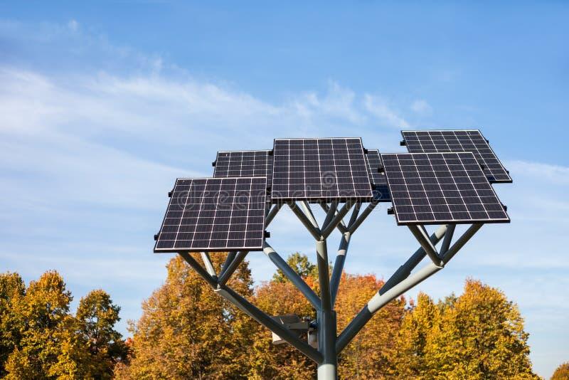 Los paneles solares en parque de la ciudad fotografía de archivo