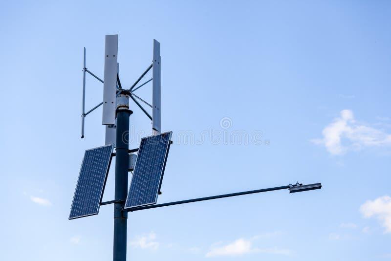 Los paneles solares en pilar foto de archivo