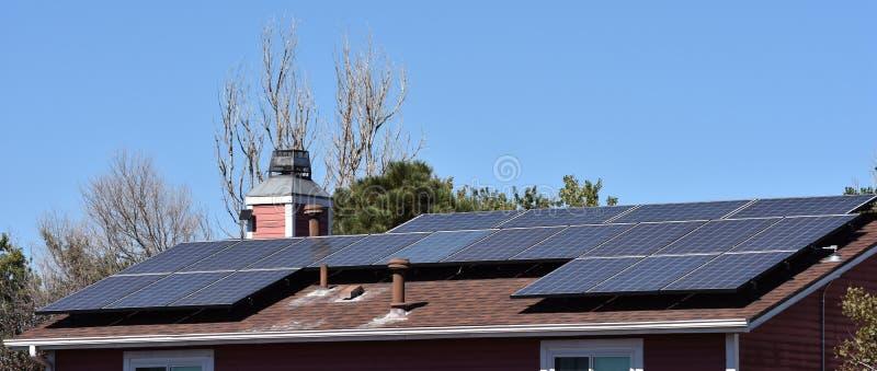 Los paneles solares en residencia imagen de archivo