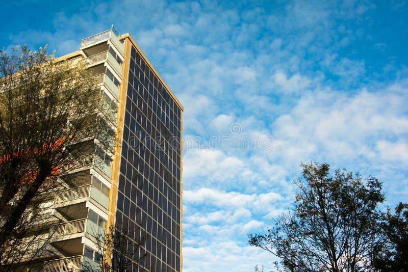 Los paneles solares en un edificio plano imágenes de archivo libres de regalías