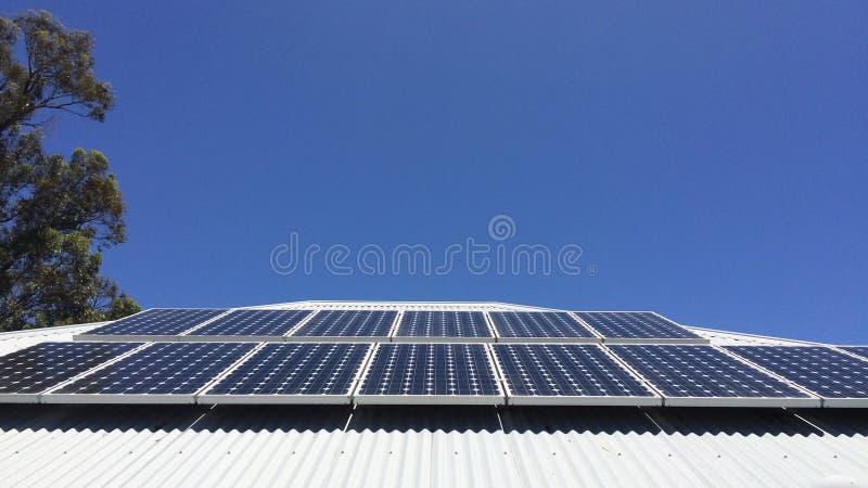 Los paneles solares en una azotea imagen de archivo libre de regalías